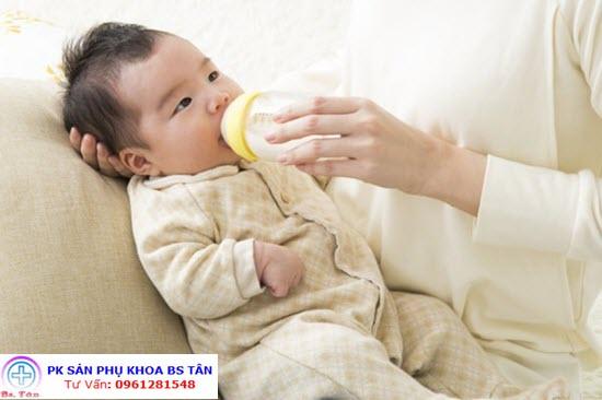 cách tập cho bé bú bình