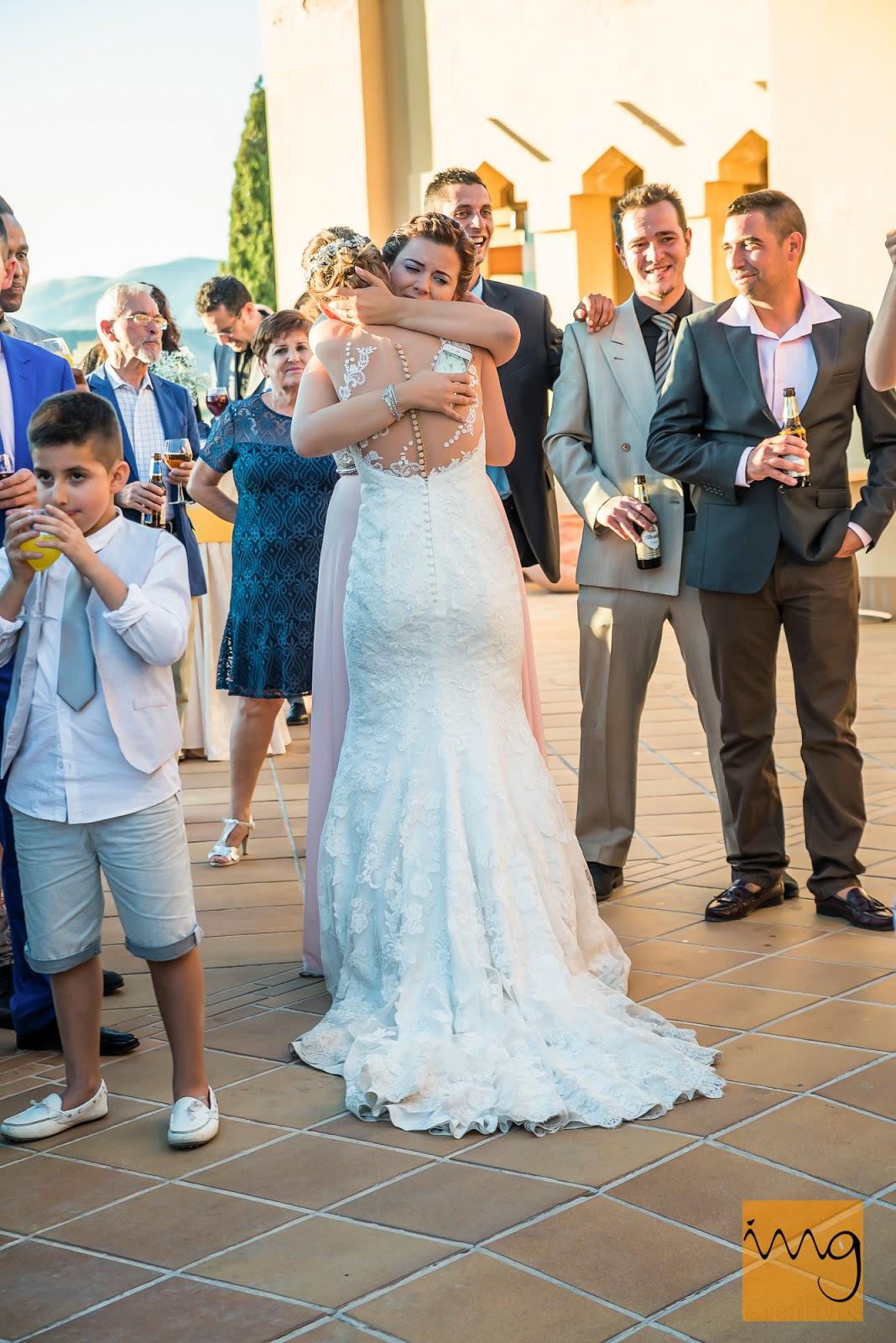 Fotografía de la novia y su hermana abrazándose el día de su boda.