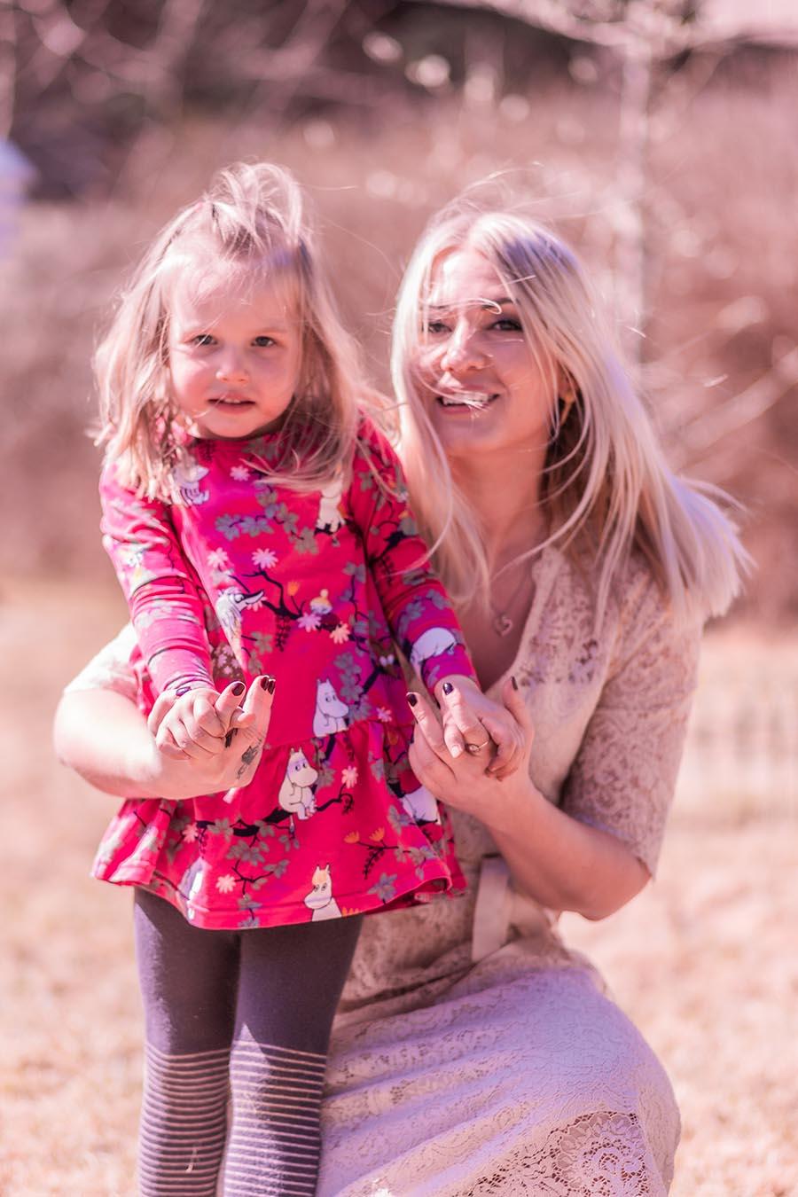 äiti ja tytär yhteiskuvassa