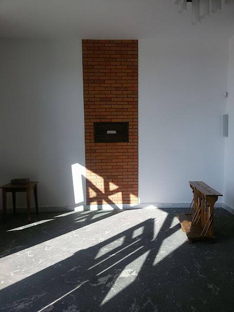 Ozdobna tablica na tle ściany z cegły