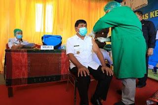 Vaksinasi Covid-19, Wakil Bupati Penerima Suntikan Vaksin Perdana di Samosir