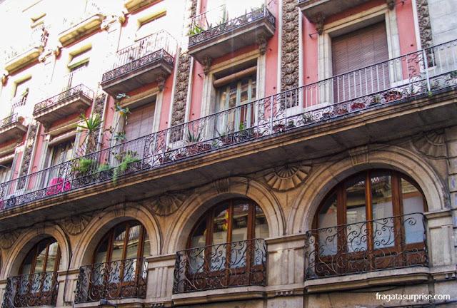 Fachada com detalhes Modernistas no Bairro Gótico de Barcelona