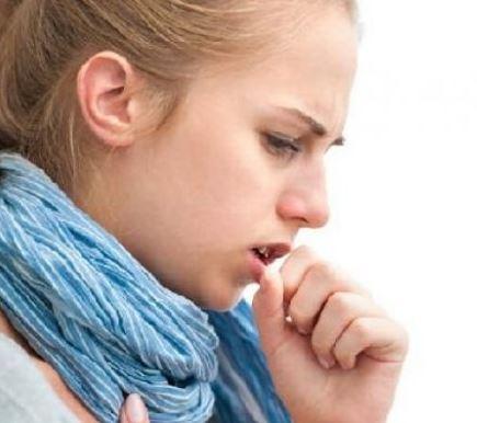 TIPS JAGA BADAN - Hampir semua orang pernah mengalami sakit batuk. Sakit batuk ini memang bisa dibilang sakit yang umum, karena hampir semua orang pernah mengalaminya. Batuk memang rasanya sangat mengganggu dan bisa menyebabkan tenggorokan menjadi sakit/radang. Sakit batuk juga gampang sekali menular, medianya juga bermacam macam, bisa melalui udara juga bisa melalui benda yang digunakan bersama, contoh mudahnya yaitu gelas. Jika satu orang terserang batuk, jika orang lain menggunakan gelas bekas dia maka bukan tidak mungkin pasti akan tertular penyakit ini.    Taukah kamu, jika batuk ternyata dapat diobati dengan menggunakan bahan bahan alami yang tersedia di sekitar kita. Ini dia beberapa obat alami yang bermanfaat untuk mengobati batuk tanpa kuatir akan efek samping, yuk simak :  Obati Batuk Dengan Obat Alami Tanpa Efek Samping  Jeruk Nipis & Kecap Obat batuk alami yang pertama ini mungkin sudah tidak asing lagi ditelinga masyarakat Indonesia. Yup jeruk nipis yang dicampur dengan kecap ternyata dapat digunakan sebagai obat alami untuk mengobati batuk. Biasanya orang menggunakan jeruk nipis dan kecap sebagai campuran masakan, namun ternyata juga dapat bermanfaat untuk kesehatan.  Jeruk Nipis & Air Panas Jika obat alami diatas menurut kamu kurang enak, kamu dapat memanfaatkan jeruk nipis dengan cara di seduh menggunakan air panas. Air seduahan jeruk nipis ini bermanfaat untuk melemaskan otot otot pernapasan, kemudian bermanfaat juga sebagai obat penurun panas, selain itu air seduhan jeruk nipis juga berguna untuk mengatasi suara serak akibat tenggorokan gatal.  Madu Obat alami selanjutnya adalah madu. Madu memang dikenal memiliki segudang manfaat, tak hanya untuk kecantikan saja namun bermanfaat juga untuk kesehatan. Salah satu manfaat madu untuk kesehatan yaitu dapat bermanfaat sebagai obat alami untuk mengobati batuk.  Kencur Untuk selanjutnya obat alami untuk mengobati batuk yaitu dengan manfaat kencur. Sejak dulu memang tanaman kencur ini dikenal sebagai obat a