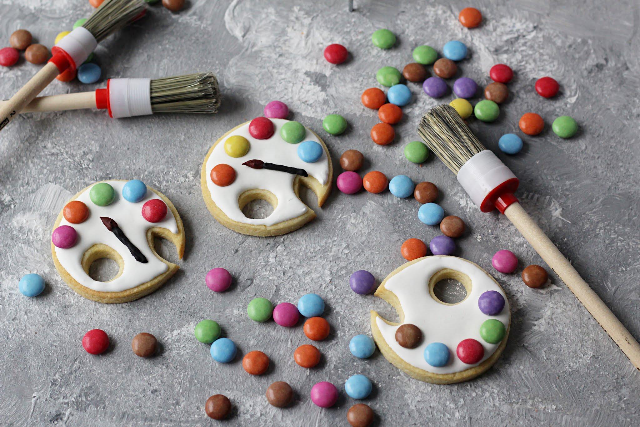 verzierte Kekse mit Royal Icing und Smarties