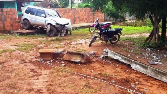 Veículo desgovernado bate em poste e vai parar em muro de residência em Brejinho/Luis Correia