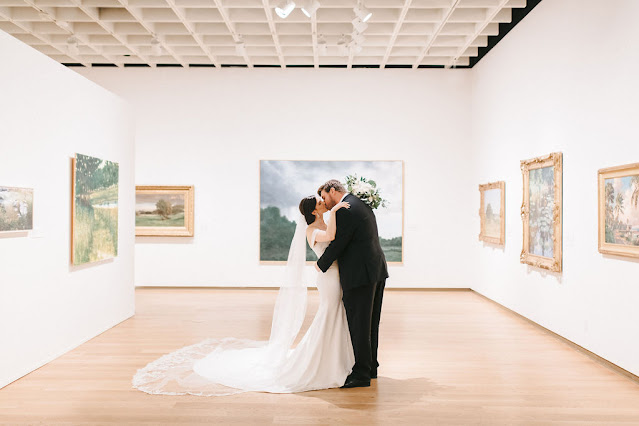 bride and groom kissing in orlando museum of art