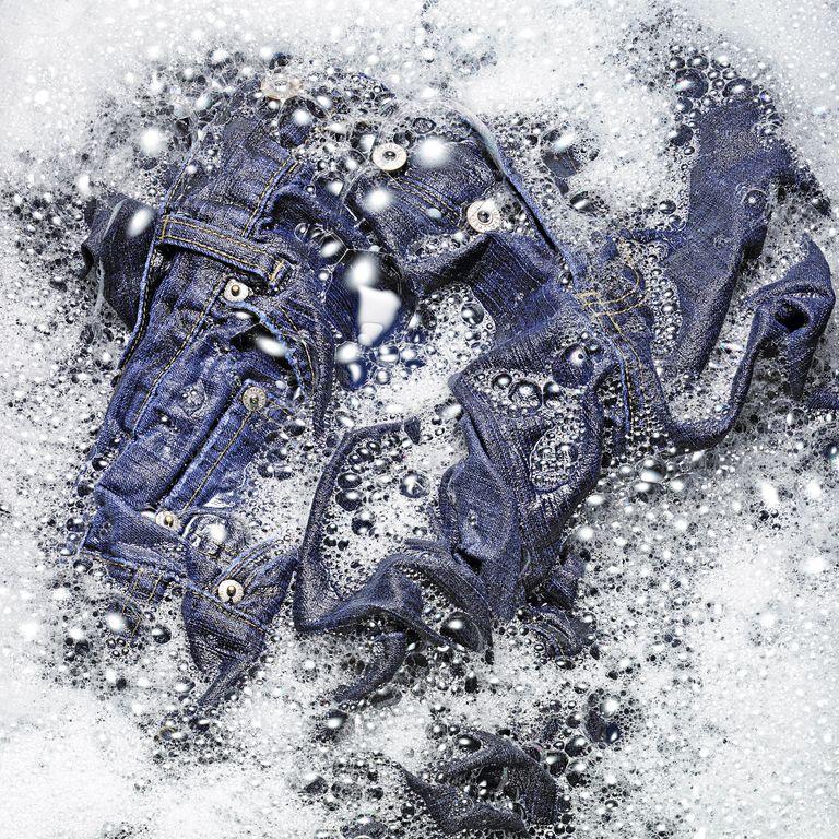 كيف تغسل الجينز بالطريقة الصحيحة ، وفقا لخبراء التنظيف والمنسوجات
