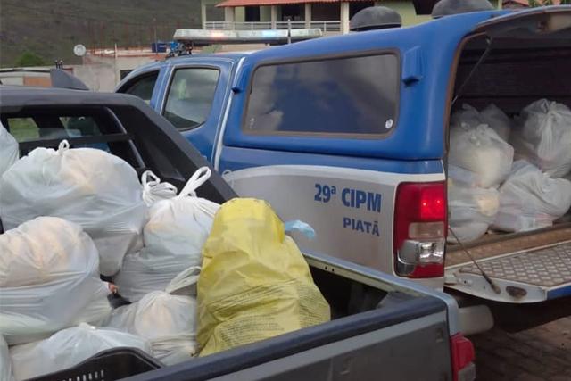 Policiais doam cestas básicas para famílias vulneráveis na Chapada Diamantina