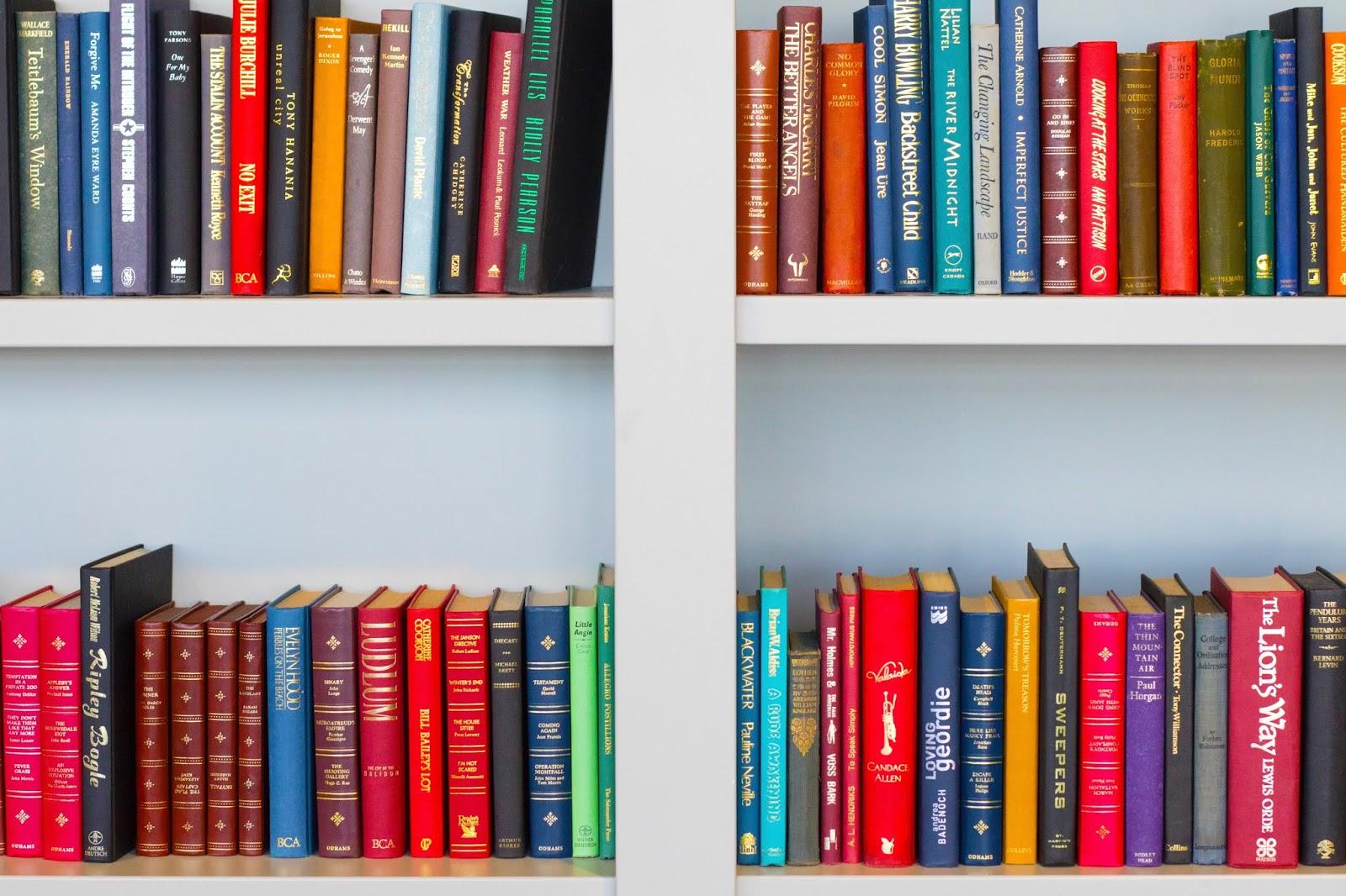 Como organizar livros na estante