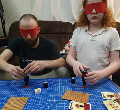 Maki Stack family game gameplay blindfold round blue orange