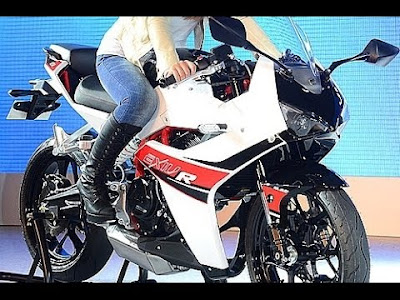 2016 Hyosung GD250R with model pose 01