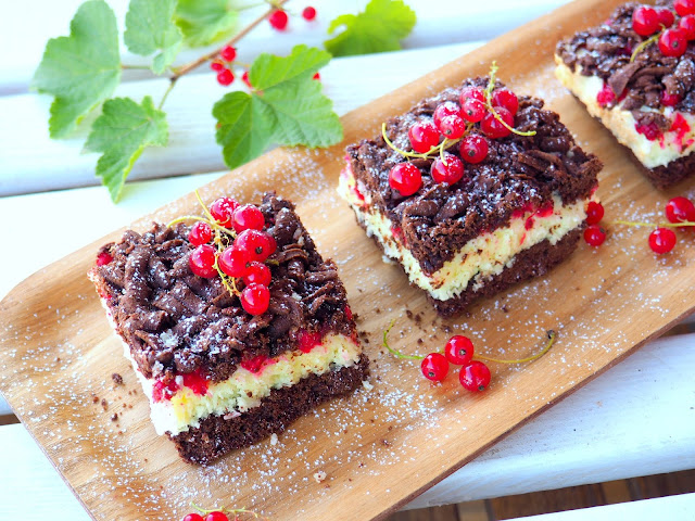 Kruche ciasto z kokosową pianką i czerwonymi porzeczkami