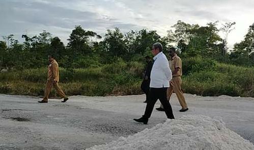 Thaher Hanubun Tinjau Proses Pembangunan Jalan Ohoi Dunwaha