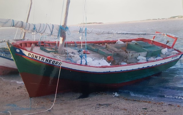 Barco de pesca cearense com oito pescadores naufraga no litoral do Maranhão