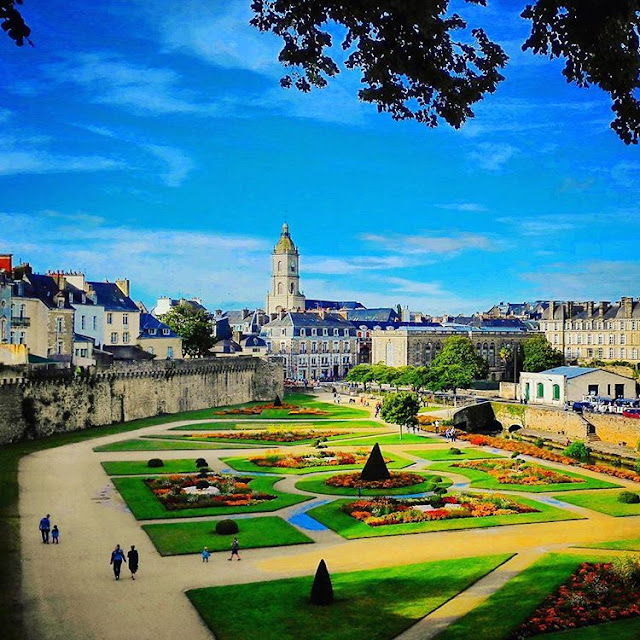 City Wall of  Vannes and Gardens I Brittany I France I Travelling Hopper I