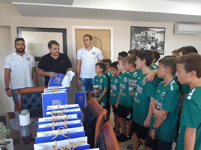 Οι Πανελλήνιοι Πρωταθλητές της ομάδας μίνι του Διομήδη στον Δήμαρχο Καμπόσο