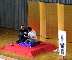 学校で開催された三遊亭楽春の楽しく学べる講演会(落語鑑賞会)の風景です。