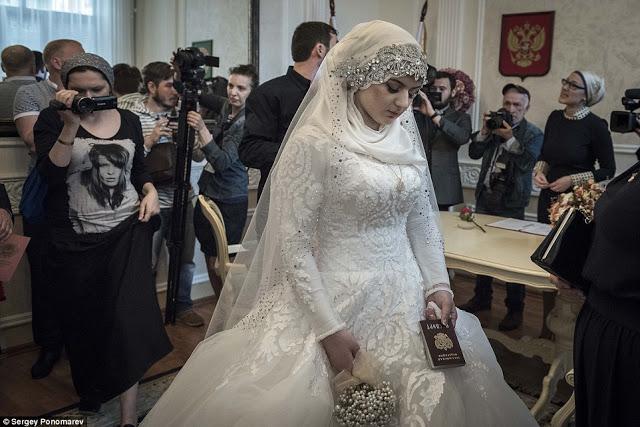 Эта красивая молодая девушка плачет на своей свадьбе! Ее заставили выйти замуж за взрослого полицейского