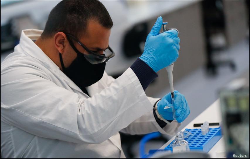 El técnico del laboratorio mAbxience es visto trabajando en medio de la pandemia de coronavirus en Buenos Aires, Argentina, el 13 de agosto de 2020 / REUTERS