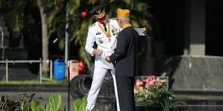 Saat Upacara HUT ke-75 RI, Ganjar Undang Veteran Naik ke Podium