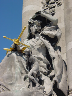 Excellent statues serve as a counterweight to Alexandre III bridge structures.