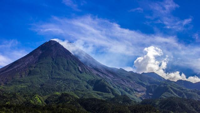 Hanik Humaida Ungkap Gunung Merapi Berstatus Siaga, Lava Pijar Kian Jelas.lelemuku.com.jpg