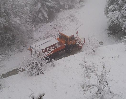 Χιόνια και στην ορεινή Κορινθία - Βγήκαν τα εκχιονιστικά (βίντεο)