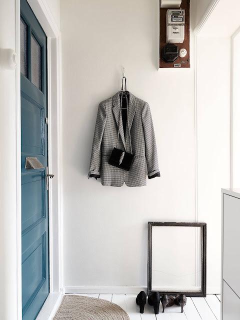 niebieskie drzwi, przedpokój w stylu skandynawskim