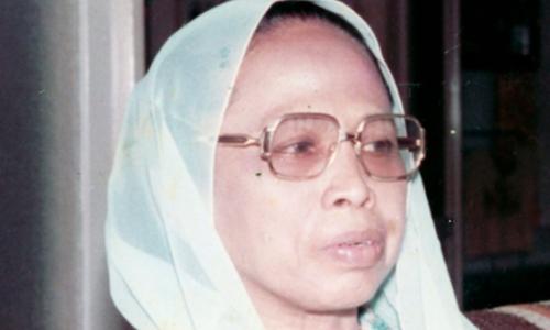 Mengenal Siti Baroroh Baried, Profesor Perempuan Pertama di Indonesia