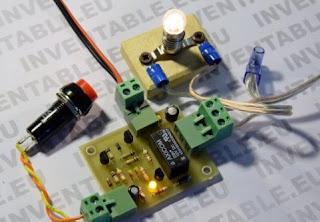 Photo du mutivibrateur connecté à un bouton et à une petite ampoule basse tension.