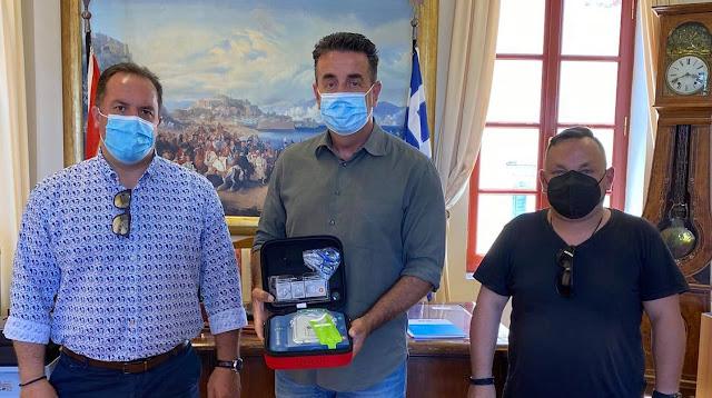 Δωρεά αυτόματου εξωτερικού απινιδωτή στο ΕΚΑΒ Αργολίδας από τον Δήμο Ναυπλιέων