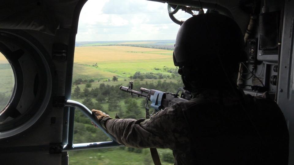 Оксана і Олександра ‒ бортові стрільці гелікоптера Мі-8