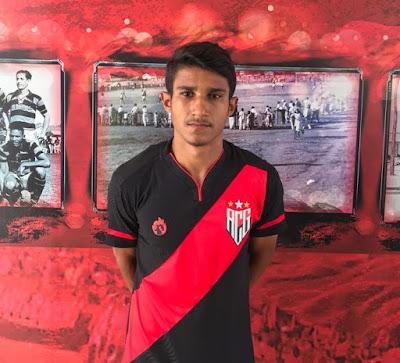 Em sua estreia no time principal, lateral Flávio comemora classificação do Atlético Goianiense na Copa Verde