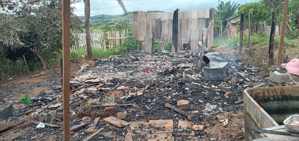Casa de madeira com cinco pessoas pega fogo em Parauapebas.