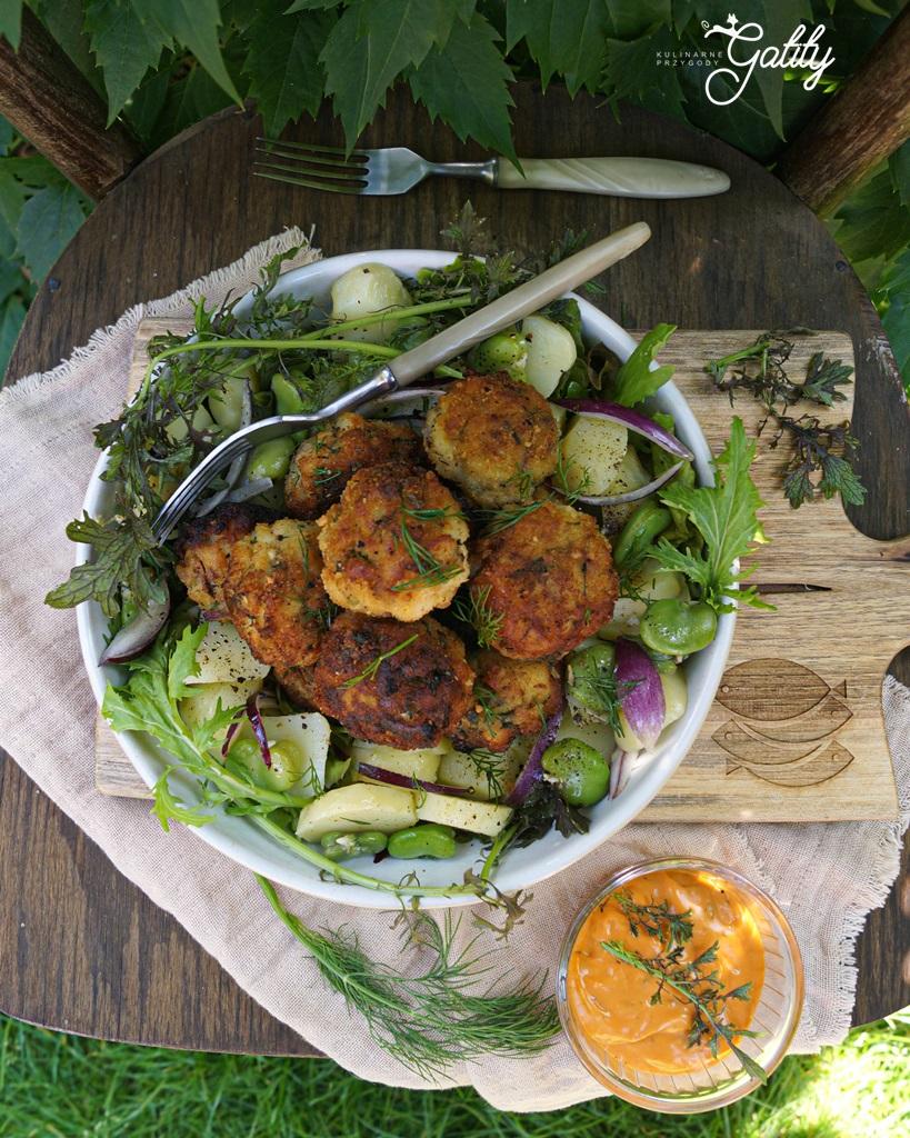 okragle-brazowe-kotlety-na-zielonej-salacie
