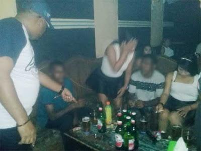 Dobo, Malukupost.com - Wakil Bupati (wabup) Kepulauan Aru, Muin Sogalrey menangkap basah 8 kepala Desa (Kades) sedang berpesta minuman keras (miras) di salah satu Karaoke di Kampung Ria, Kota Dobo Kecamatan Pulau-Pulau Aru, Jumat (28/12) lalu.
