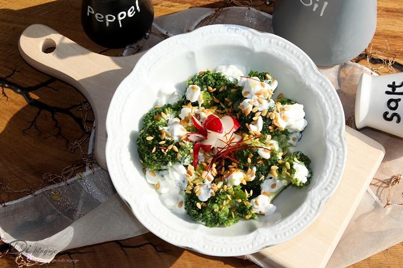 FIT sałatka z brokuła i serka wiejskiego z olejem lnianym