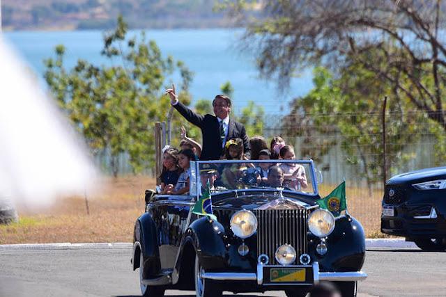 Bolsonaro desfila com crianças no Rolls-Royce no Dia da Independência