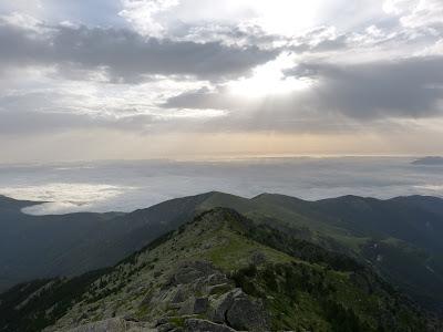 Lever de soleil sur mer de nuages
