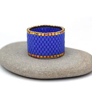 Широкое синее кольцо ручной работы. Украшение из бисера купить в интернет магазине