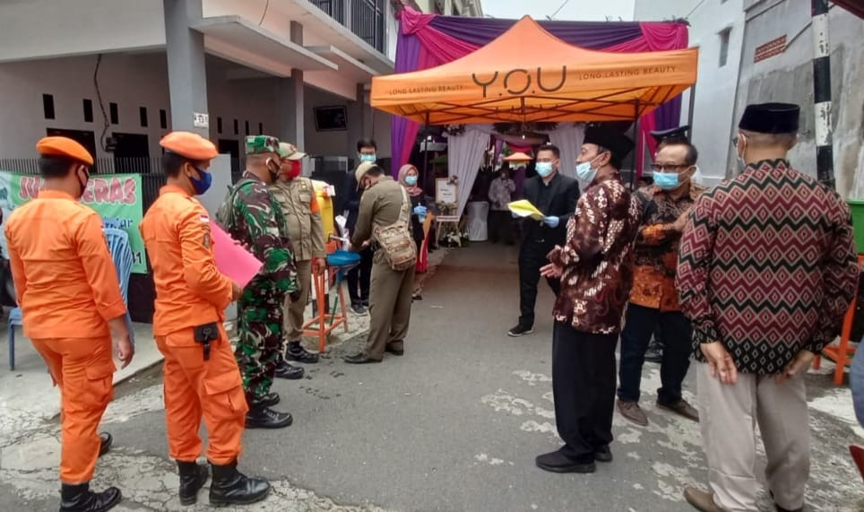 Babinsa Koramil 410-04/TKT Kodim 0410/KBL bersama Satuan Tugas penanganan Covid-19 Bandar Lampung sambangi lokasi hajatan di Jln. Malabar Kel.Prumnas Way Halim