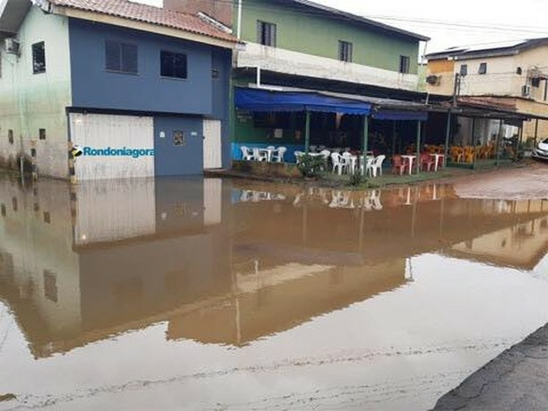 Cheia já atinge ruas do Cai N' Água, em Porto Velho