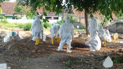 Personel Satlantas Polres Cilegon Kawal Jenazah Pasien PDP Covid-19 Ke Lokasi Pemakaman
