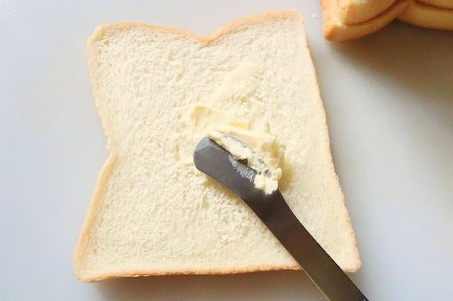 食パンの片面にバターを薄く塗る
