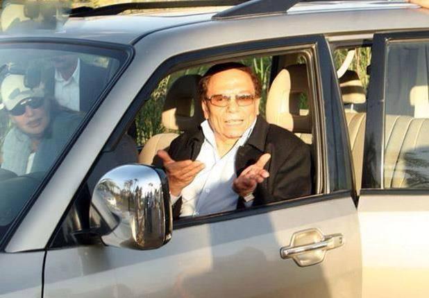 """بالصور شاهد أول واخر سيارات امتكلها الزعيم """"عادل إمام"""" من بداية مشواره الفني حتي الان"""