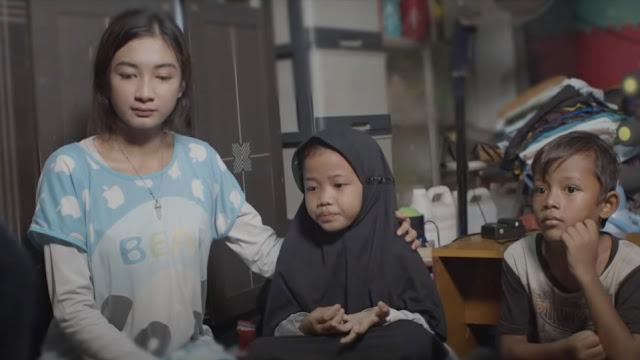 Salah satu adegan di videoklip lagu Derita Penggangguran yang dirilis ulang oleh Rhoma Irama Si Raja Dangdut.