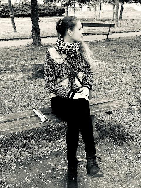 Linda sedí na lavičce