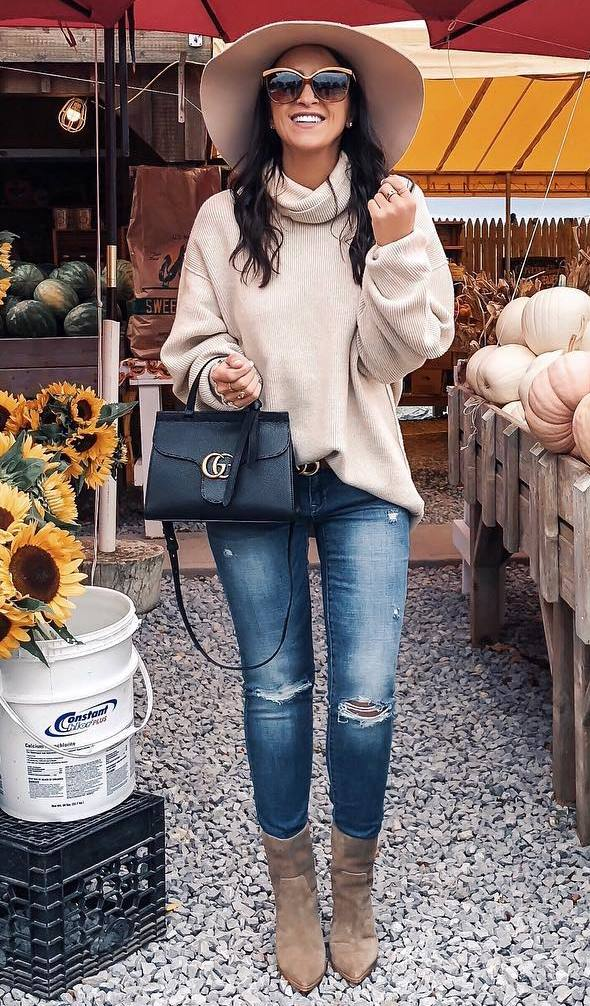 cozy fall outfit / nude hat + oversized sweater + black bag + boots + ripped jeans