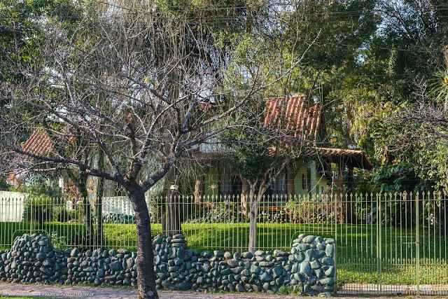 Casa em meio a vegetação exuberante de um jardim