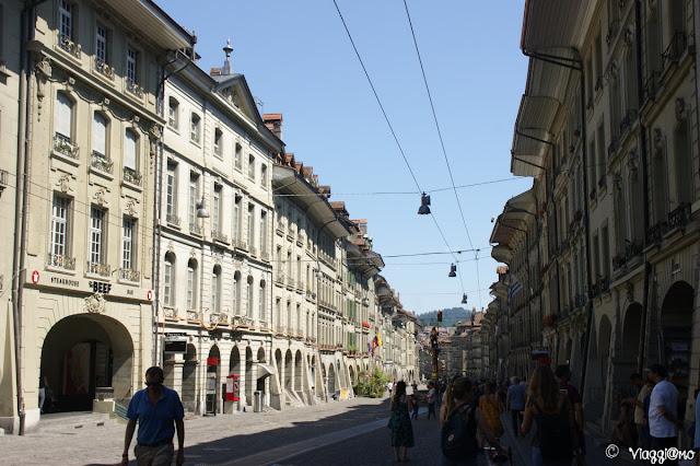 Una delle vie principali del centro storico di Berna